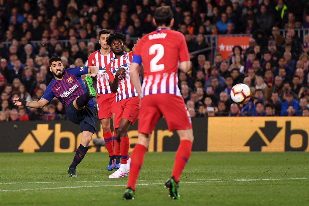 Kunstschuss: Suarez erzielt das 1:0.